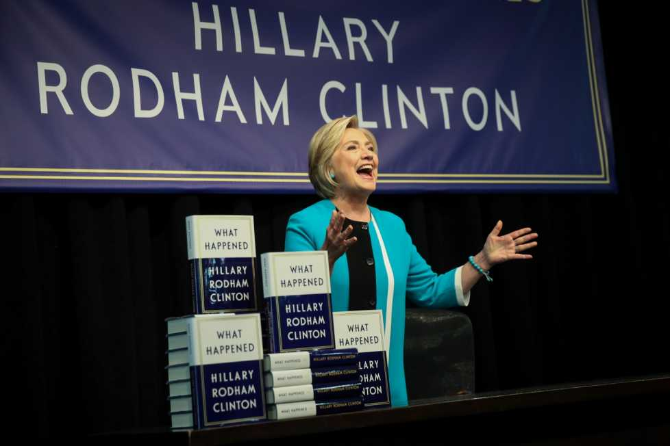 Fostul secretar de stat al Statelor Unite, Hillary Clinton sosește pe  scenă pentru a oferi autografe pe noua ei carte 'What Happened' la  librăria Barnes and Noble din New York. FOTO Guliver/Gettyimages/Drew  Angerer