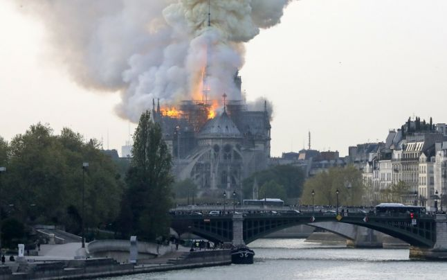 FOTO VIDEO Incendiu devastator la Catedrala Notre-Dame din Paris. Macron: Ambele turnuri, salvate
